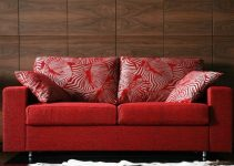 Sofá pequeño y rojizo de tres plazas